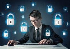 有真正锁标志和象的年轻黑客 免版税库存图片