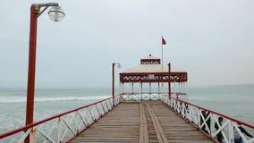 有眺望台皮门特尔海滩的Chilayo秘鲁码头 股票视频