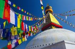 Stupa和祷告旗子 免版税库存图片