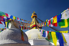 Stupa和祷告旗子 库存图片