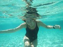 有眼睛的女性在海洋打开在水面下 库存图片