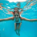 有眼睛的女性在游泳池打开在水面下 免版税库存图片