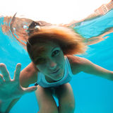有眼睛的女性打开在水面下 免版税库存图片