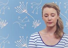 有眼睛的妇女关闭了反对与白色花卉样式的蓝色背景 库存图片
