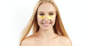有眼罩的白肤金发的妇女 股票视频