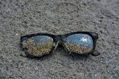 有眼镜的失去的太阳镜在海滩墨西哥湾,佛罗里达 库存照片