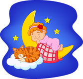 有睡觉在月亮的猫的逗人喜爱的小女孩 免版税库存照片