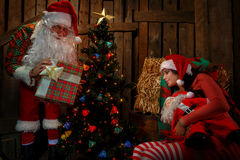 有睡觉的妇女的圣诞老人 库存照片