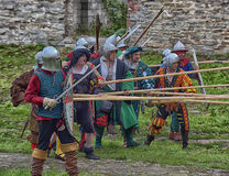 有矛的中世纪步兵在他们的手上 免版税库存照片