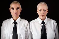 有短发佩带的精神衣裳的妇女 免版税图库摄影