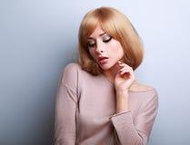 有短发样式摆在的性感的年轻白肤金发的妇女 免版税图库摄影