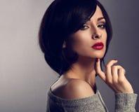 有短发样式的性感的美丽的构成妇女,红色唇膏 免版税库存照片