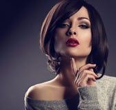 有短发样式的性感的美丽的构成妇女,红色唇膏 库存图片
