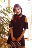 有短发的一个女孩在一件黑礼服 免版税库存照片