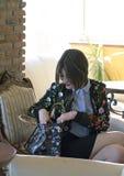 有短发的一个女孩在花夹克、衬衣和裙子 企业称呼 免版税库存照片