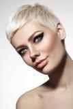 有短发裁减和时髦飞过的ey的美丽的白肤金发的妇女 免版税库存照片