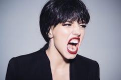 有短的光滑的黑发的呼喊愤怒的女性的上司,愤怒控制,情感概念 黑色的愤怒的妇女 库存照片