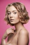 有短的卷发的自然女孩 免版税图库摄影