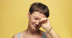 有短的理发的困30s妇女 库存照片