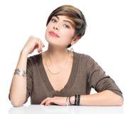 有短的突然移动发型的年轻秀丽妇女 免版税库存图片