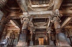 有石专栏的大大厅在寺庙里面在印度 在12世纪兴建的寺庙 免版税库存照片