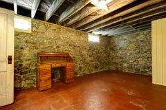 有石修剪墙壁的地下室室 免版税库存照片