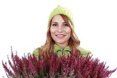 有石南花植物的妇女 免版税库存照片