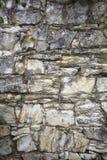 有石南花的石老墙壁 背景做石石头纹理墙壁白色 在老中世纪砖的岩石块 图库摄影