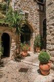 有石墙、门和植物的胡同圣徒保罗deVence的 免版税库存照片