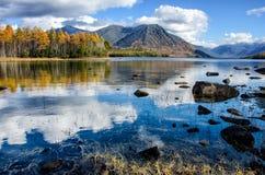 有石头和反射的Mountain湖Froliha,在贝加尔湖附近 免版税库存照片
