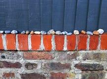 有石头和木板的砖墙 库存照片