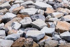 有石头块的水坝保护的免受海猛冲 免版税库存图片