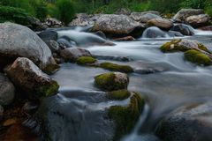 有石头的小河在长的曝光 库存图片