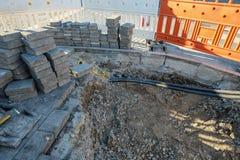 有石头的建造场所和障碍和缆绳 库存图片