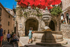 有石房子、孩子和喷泉的胡同在圣徒保罗deVence 库存图片