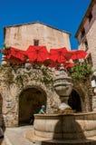 有石房子、孩子和喷泉的胡同在圣徒保罗deVence 免版税库存图片