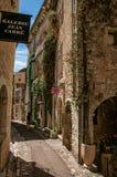 有石房子和商店的胡同圣徒保罗deVence的 图库摄影