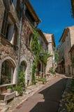 有石房子和商店的胡同圣徒保罗deVence的 免版税库存照片