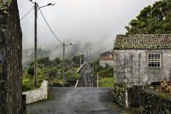 有石房子的一个离开的村庄在海岛内部 免版税库存图片