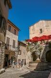 有石房子的在圣徒保罗deVence的胡同和喷泉 库存图片