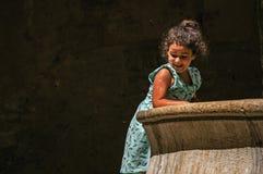 有石曲拱、孩子和喷泉的胡同在圣徒保罗deVence 库存照片