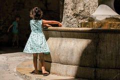 有石曲拱、孩子和喷泉的胡同在圣徒保罗deVence 库存图片