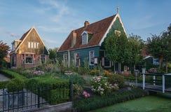 有石板屋顶和一个开花的庭院的小屋 免版税库存图片