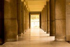 有石柱子和地板的空的大厅 库存图片