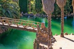 有石桥梁和树的湖 库存图片