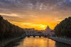 有石桥梁的意大利河在日落期间 免版税库存图片