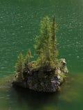 有石海岛的湖 库存图片