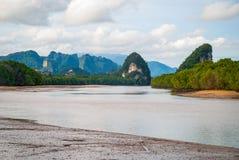 有石灰岩地区常见的地形山的甲米府河,泰国 库存照片