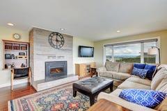 有石砖墙的舒适家庭娱乐室 库存照片