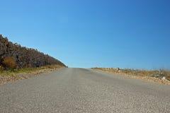 有石篱芭的空的路 库存照片